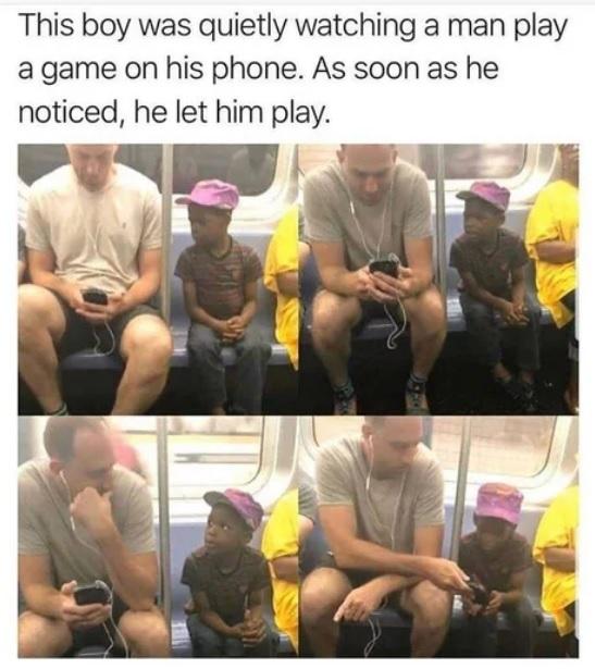 Мальчонка тихонько поглядывал, как мужчина играет в телефон. Как только мужчина это заметил, дал ему поиграть. Дети, Игры, Телефон, Понимание, 9gag