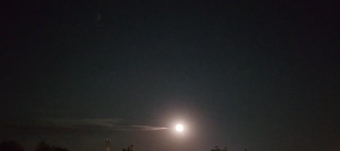 По-моему луна решила куда то свалить!