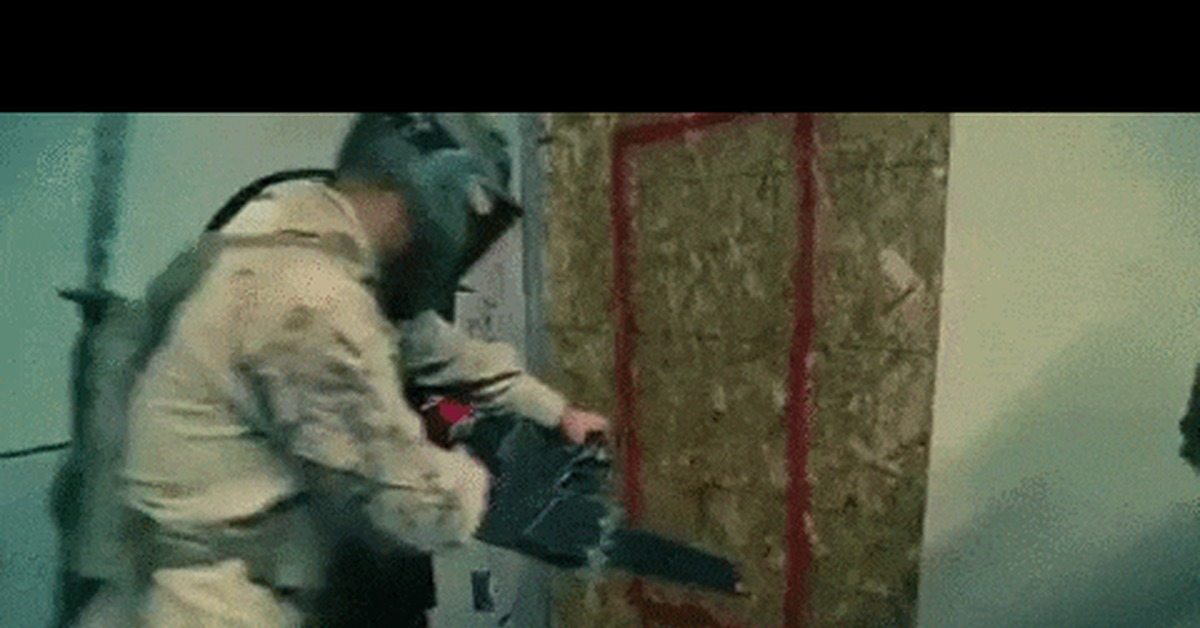 Гиф спецназ ломает дверь
