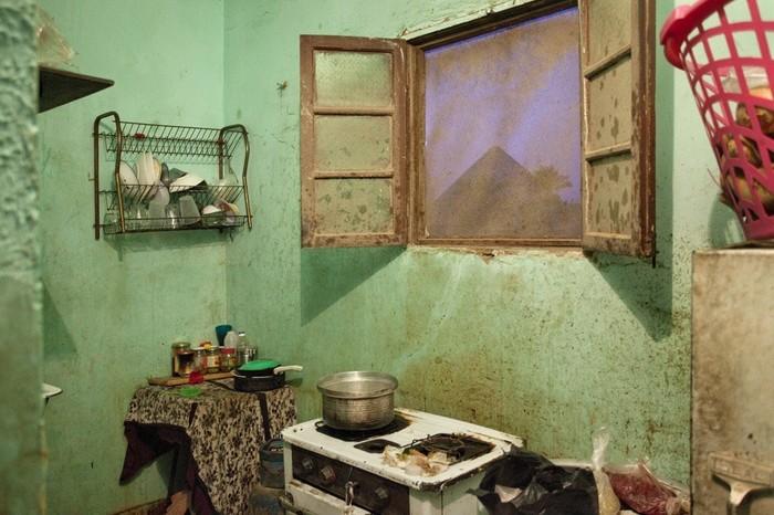Вид на пирамиды с кухни бедной семьи, Каир.