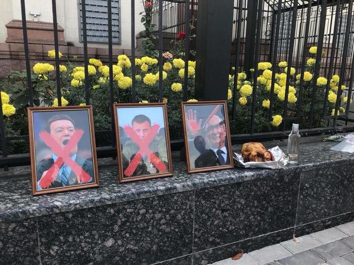 Киев сегодня. У посольства России. Страшно представить, что с головой у людей, которые это делают.