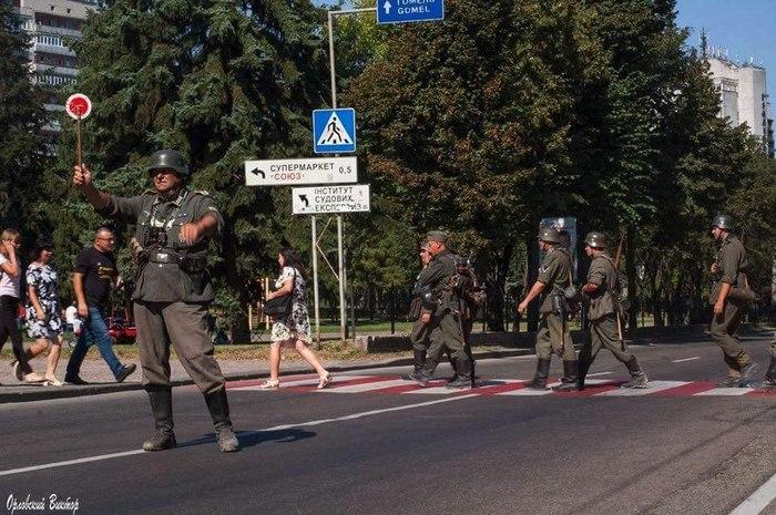Тем временем реконструкторы на Украине в городе Чернигове на 1-е сентября.