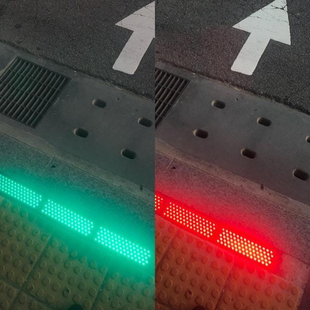 Светофор на тротуаре для тех, кто залипает в смартфоны