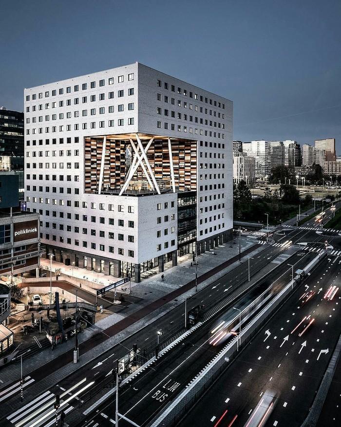 Интересная постройка в Амстердаме.