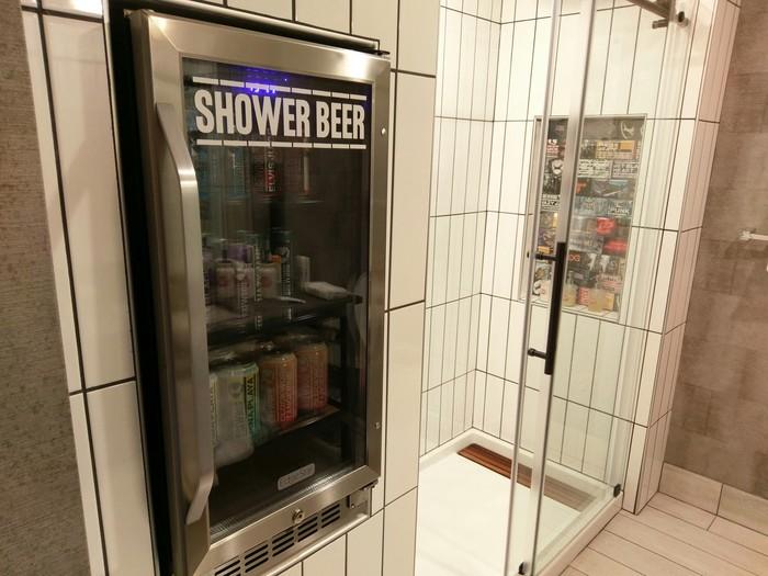 В отеле, в котором я остановился, был специальных холодильник с пивом в ванной