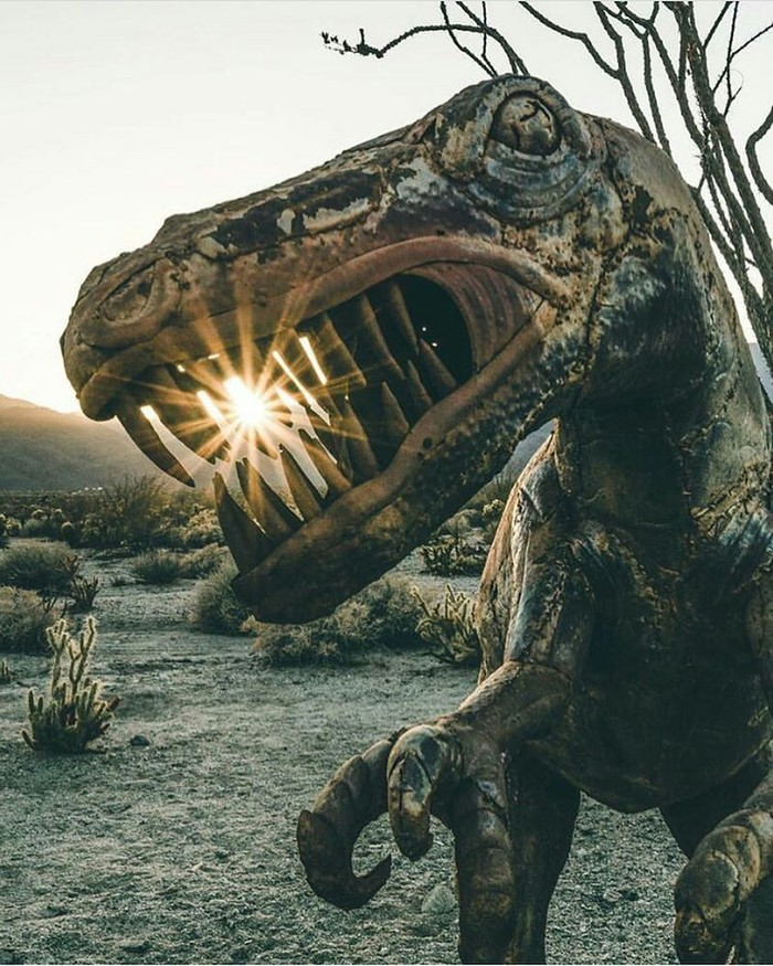 Заброшенная статуя динозавра.
