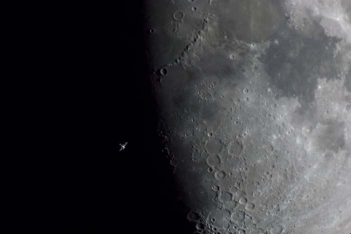 МКС как бы парит над Луной. МКС, Луна
