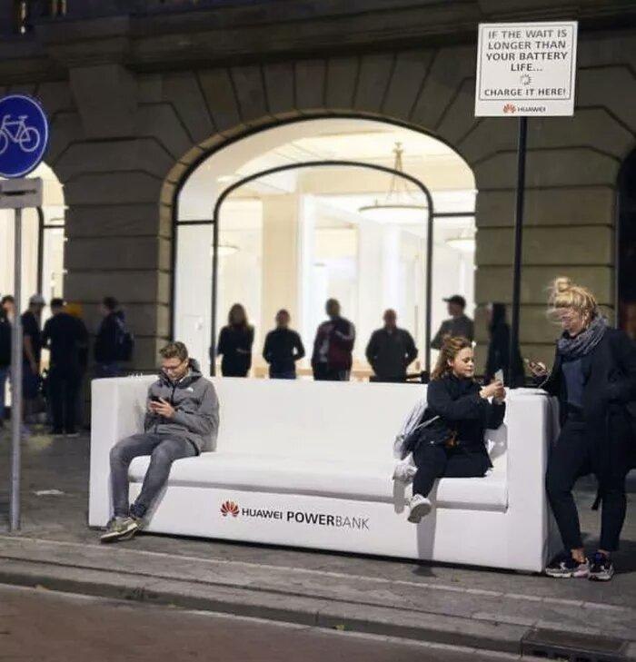 Huawei троллит пользователей Apple, которые стоят в очереди за покупкой нового IPhone в Амстердаме. Huawei, Apple, Троллинг, Зарядка для телефона, 9gag