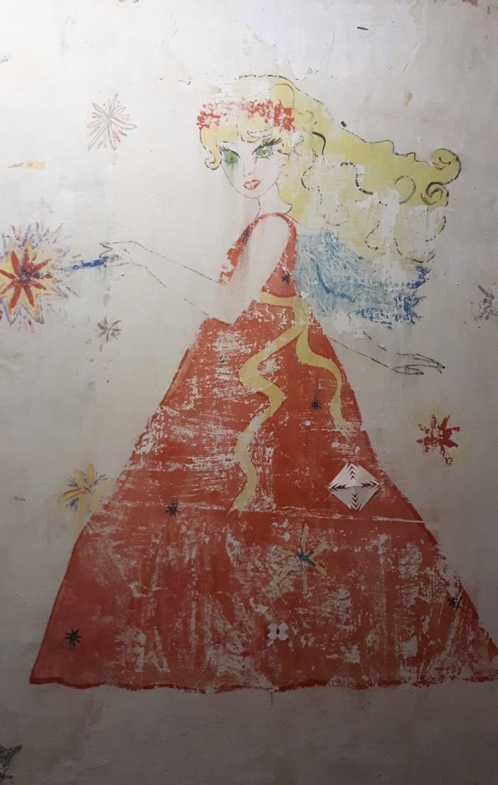 Скрывалась 15 лет под обоями Милота, Мама, Детство, Рисунок на стене