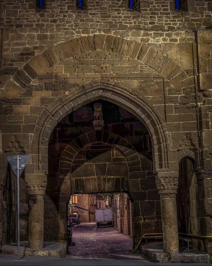 Крепостная арка старого Дербента, республика Дагестан.