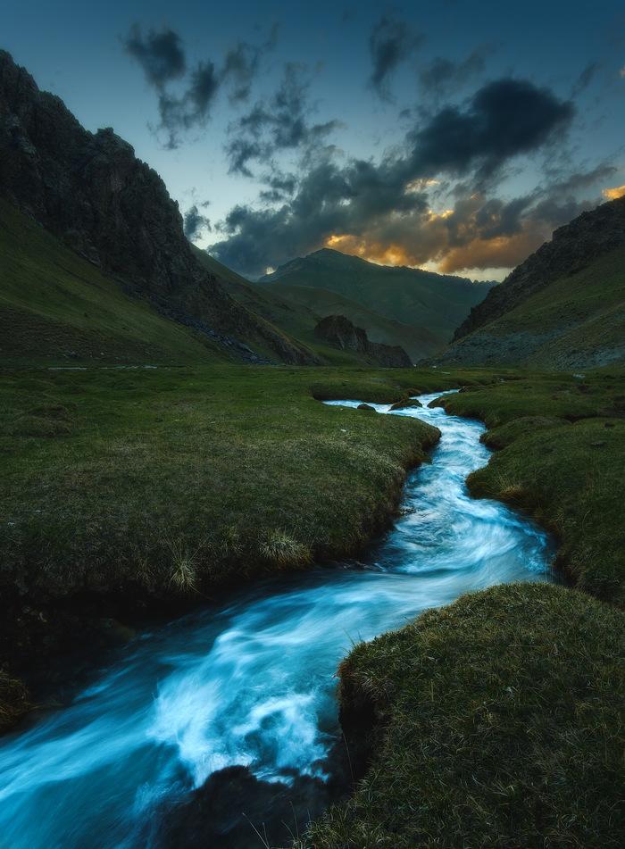 Горная река Река, Ущелье, Весна, Горы, Скалы, Пейзаж, Кыргызстан, Средняя Азия