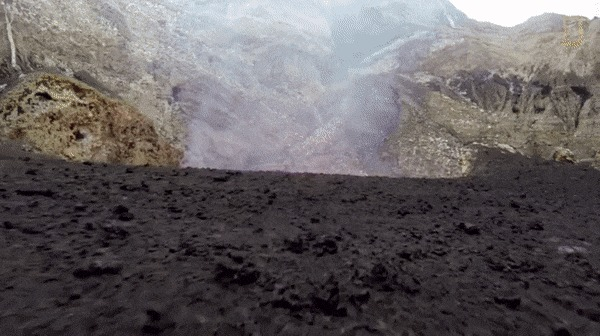 Близкая видеосъемка кратера с жидкой лавой.