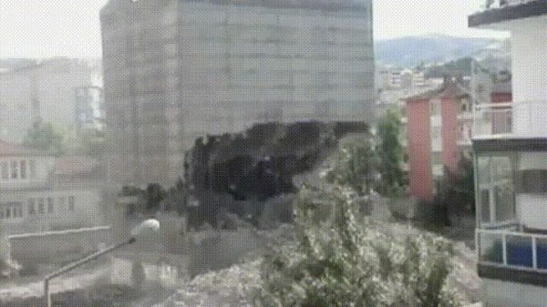 Снос здания с переворотом на 180 градусов