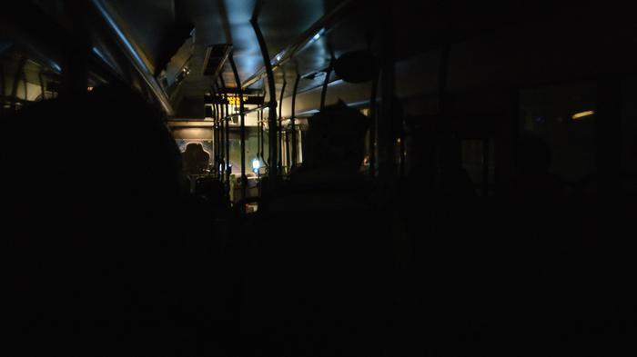 Финский водитель автобуса ранним утром забыл включить свет в салоне, но никто ему так и не сказал об этом