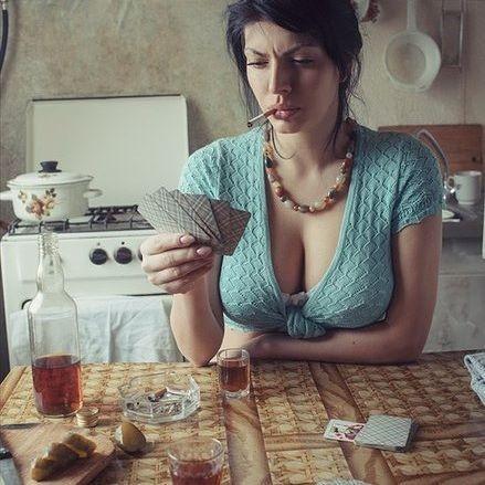 карты играть девушка фото