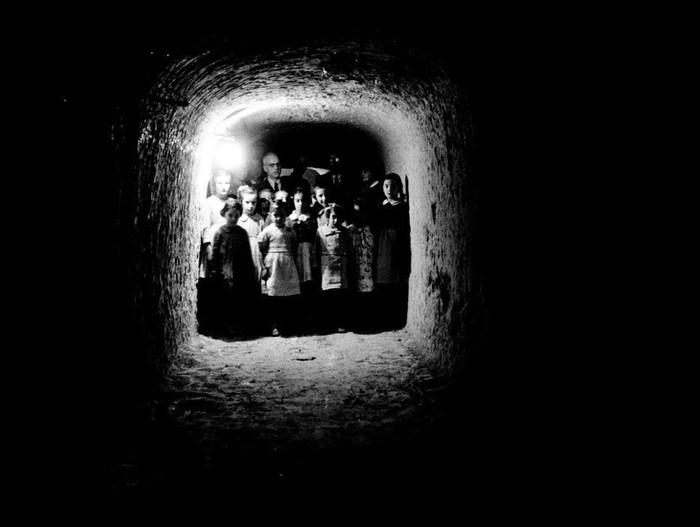 Дети укрываются в подземном убежище, чтобы избежать взрывов. Остров Менорке, Испания, 1938 год.