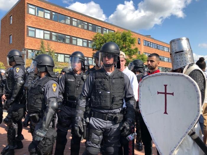 Митинг Полиция США, Рыцарь, Возможно троллинг, Митинг, Оружие, США