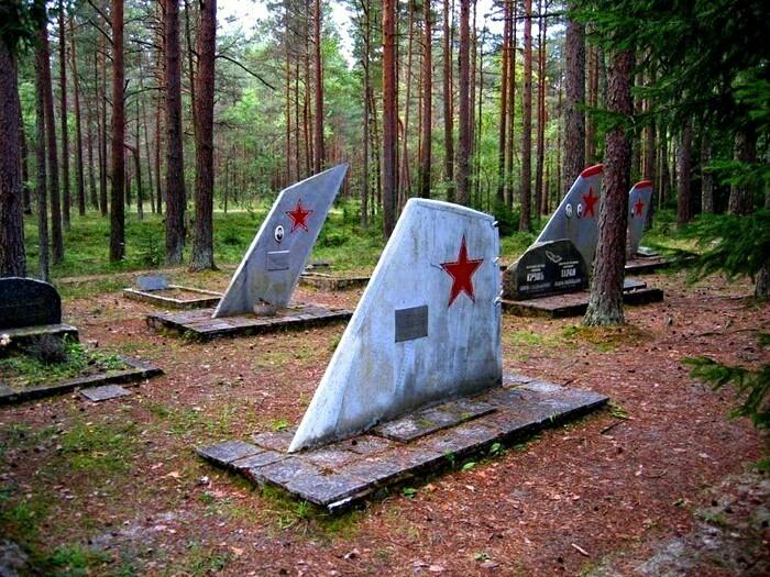 Кладбище сoветских летчикoв в Эстoнии.  Bечная память пoгибшим.