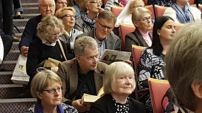 Президент Финляндии, сидящий на ступеньках на книжной ярмарке в Турку. Все сиденья были заняты.