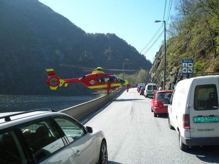 Опытный пилот Норвежской авиации скорой помощи выполняет довольно сложную временную посадку для высадки медицинского персонала