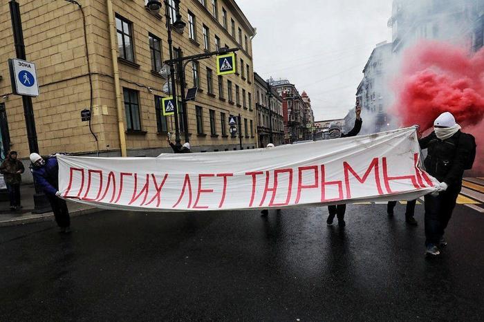 В день рождения Путина в Петербурге растянули баннер «Долгих лет тюрьмы». Четверо активистов задержаны. День рождения, Путин, Акция