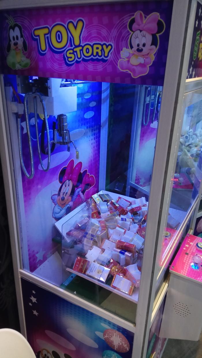 """Обычная """"хватайка"""" в Китае. Сигареты, Фортуна, Игрушки, Автомат игровой, Прикол, Китай, Длиннопост"""