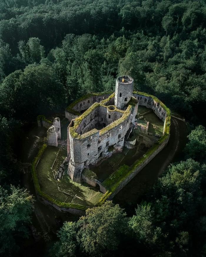 Одинокий замок в лесах Германии.