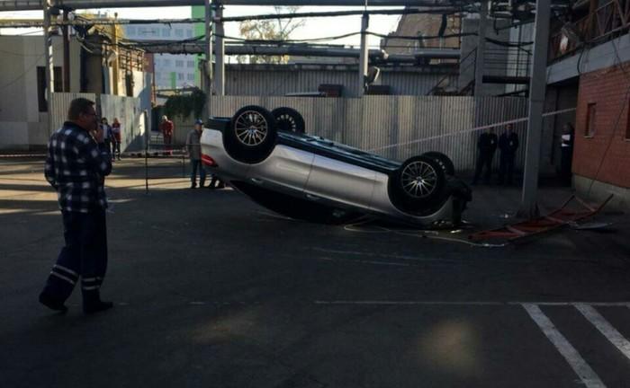Сотрудник автомойки выпал на Мерседесе клиента со второго яруса парковки. Мерседес, Москва, Автомойка