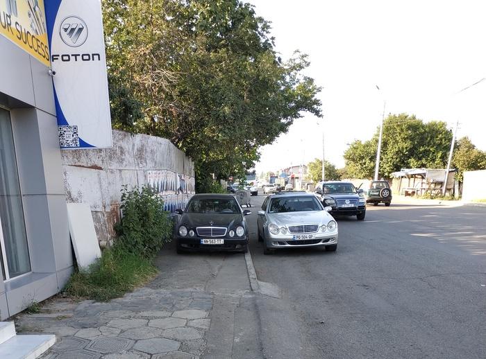 Обходить авто этих двух грамотеев пришлось посередине дороги
