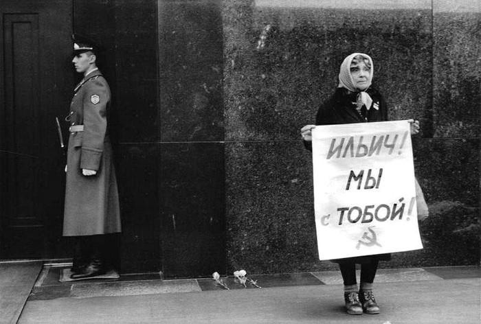 Женщина с плакатом на Красной площади, Москва, 1991 год.