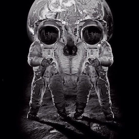 Череп из астронавтов на луне на фоне земли