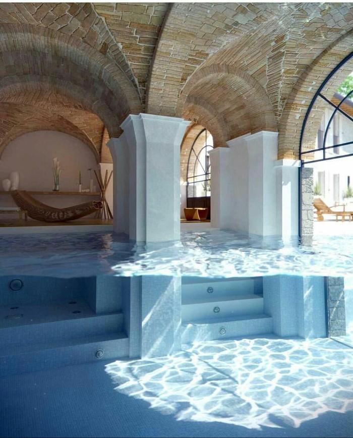 Красивый крытый бассейн.