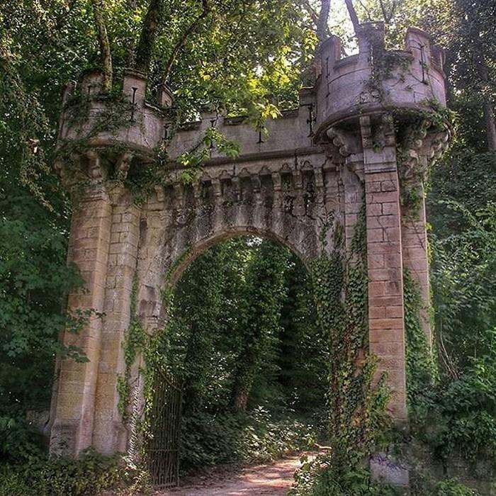 Заброшенные ворота замка.