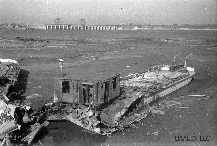 Запорожье. После подрыва плотины вода отступила с акватории порта. Оккупация, 1942 год. Запорожье, Днепр, Гидроэлектростанция, Длиннопост, Фотография