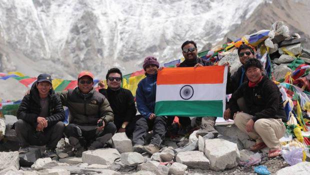 Семейная пара из Индии «покорила» Эверест с помощью Photoshop Эверест, Горы, Альпинизм, Мошенники, Обман, Фотошоп мастер, Длиннопост