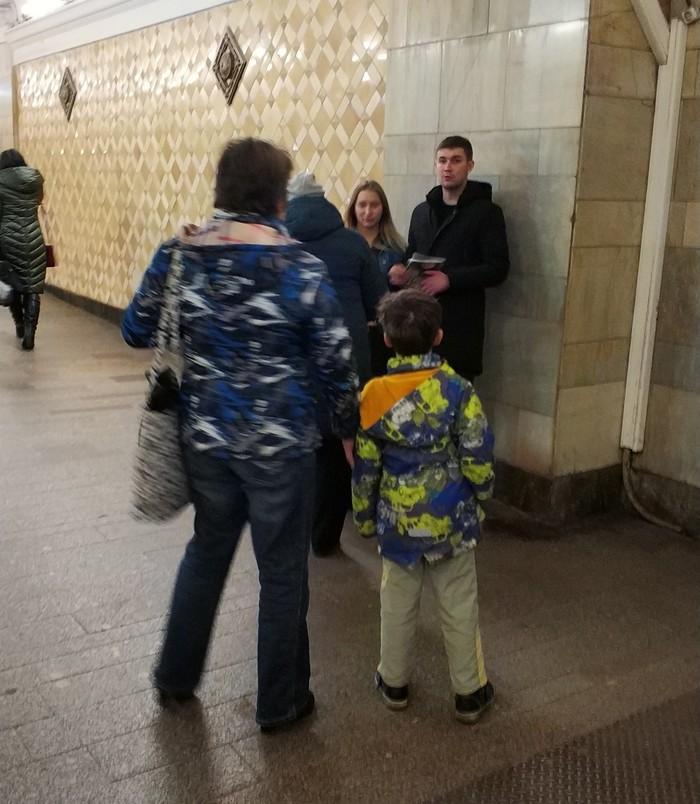 Попрошайки забирают деньги у пожилых Мошенники, Попрошайки в метро, Попрошайки