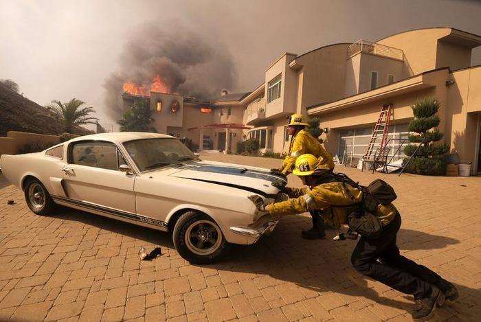 Пожарные спасают Ford Mustang во время пожара в Калифорнии