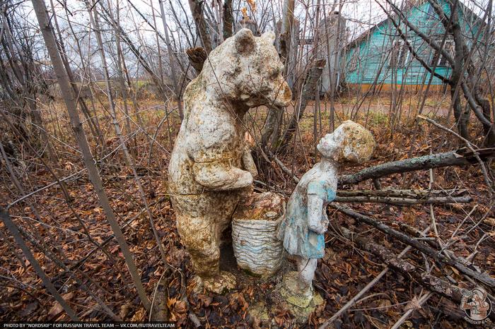 Маша и Медведь в заброшенном пионерском лагере Урбанфото, Заброшенный лагерь, Пионерский лагерь, СССР, Назад в СССР, ДОЛ, Скульптура, Маша и Медведь