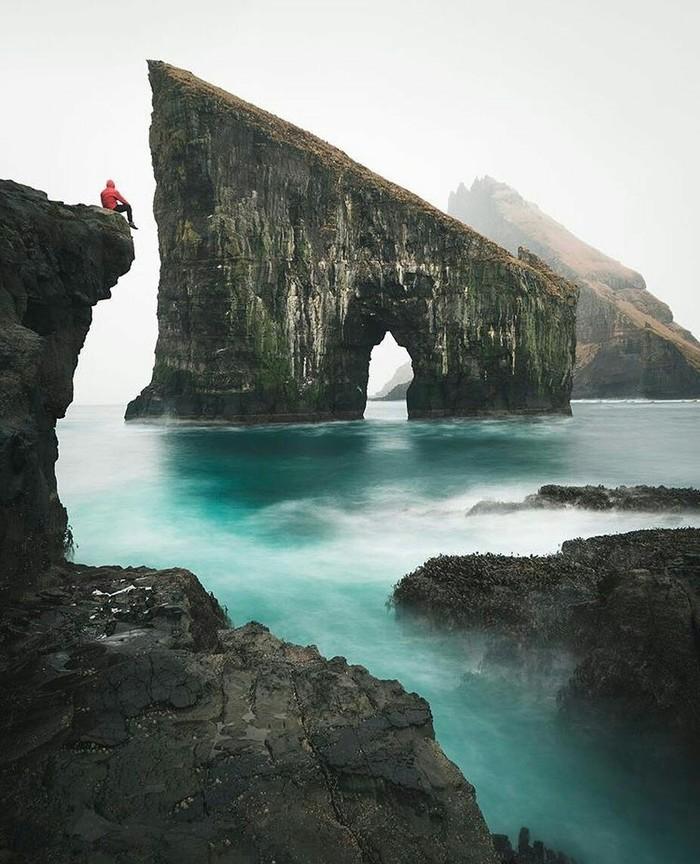 Дрангарнир- гигантская скала в виде ворот неподалёку от берега острова Вагар и один из символов Фарерских Островов.