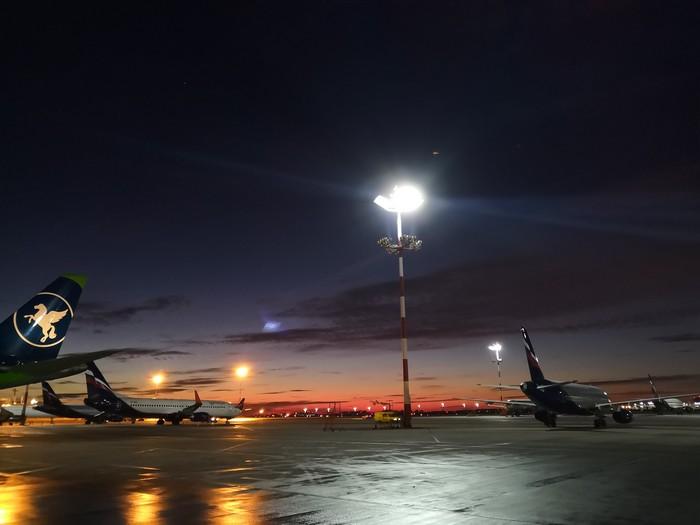 Рассвет в аэропорту Шереметьево Аэропорт, Шереметьево, Рассвет, Перрон, Мобильная фотография