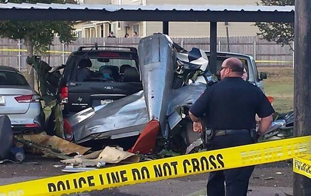Истребитель Mustang упал на автостоянку Самолет, Катастрофа