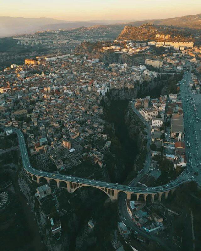 Город Константина в Алжире. Город, рассеченный глубоким каньоном, расположен на горном плато высотой около 640 метров над уровнем моря.
