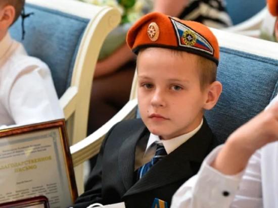 Герой с медалью, но без семьи. Мальчик спас от пожара своих братьев и сестёр, но его лишили родителей. Пожар, Спасение, Награда, Детский дом, Дети, Без рейтинга