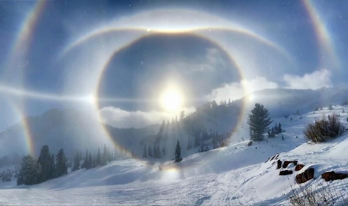 Красивое солнечное гало нескольких видов наблюдалось на горнолыжном курорте Сноубасин Резорт, штат Юта, США Солнце, Гало, Фотография
