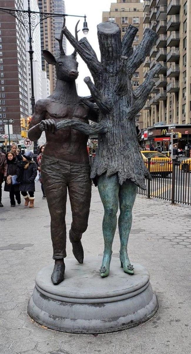 """Скульптура """"Я и моя бывшая"""""""