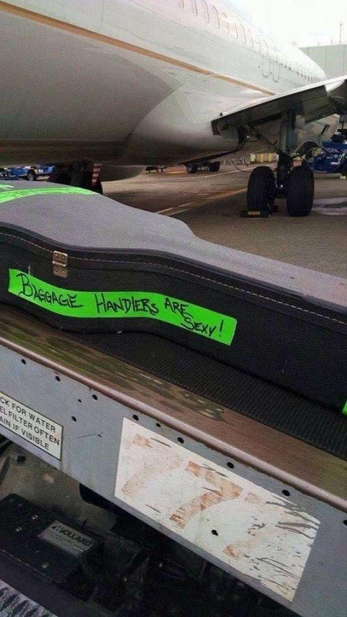 Кто-то имеет солидный опыт авиапутешествий Багаж, Лесть, Музыкальные инструменты, Струнные, Самолет, Грузчики