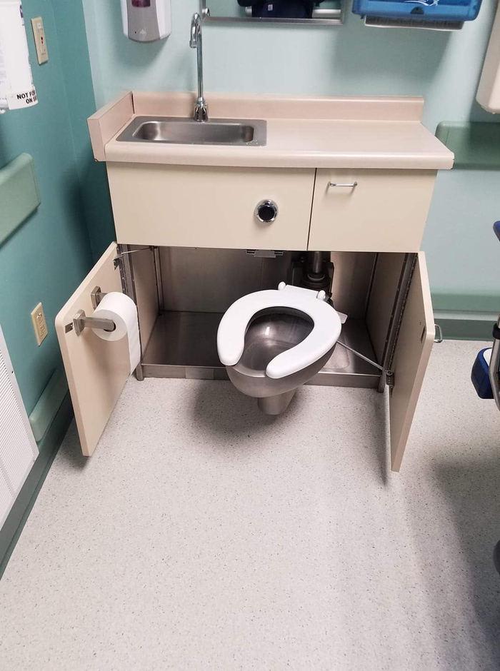 Скрытый туалет в кабинете врача