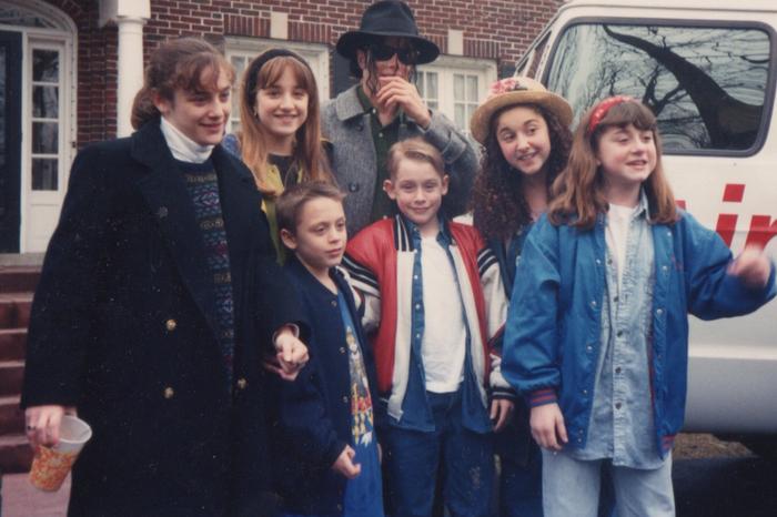 Фотографии со съемок фильма Один дома 1990 год Один дома, Маколей Калкин, Джо Пеши, Крис коламбус, 90-е, Майкл Джексон, Длиннопост, Фильмы, Фото со съемок