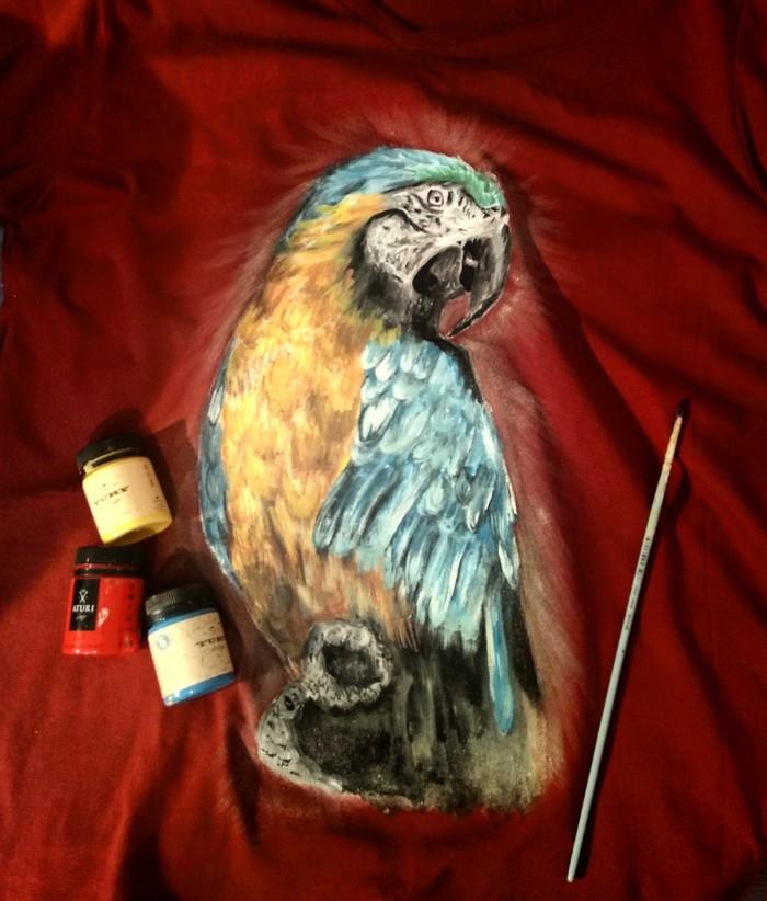 Попугай. Роспись футболки