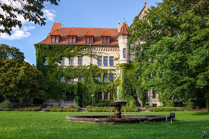 Во дворе замка Faber Castell Faber Castell, Замки, Двор, Лето, Фотография, Фонтан